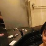 【画像】人気グラドル滝沢乃南のIVのお風呂シーンにカメラマンのちんこが映るwwwww