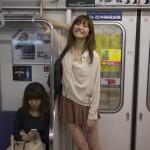 【画像】電車にバカデカイ女の子が現れる、しかもクッソ可愛いwwwwwwwwwwwwwwwww