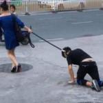 【衝撃】ハイヒール姿の女性が犬用リードを四つん這いの男の首に付け街を徘徊し警官に職質された結果wwww(画像あり)