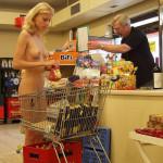 【衝撃】群馬のイオンでパイパン全裸で買い物している主婦が見つかるwwwwwwwwwwww