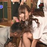 【画像】これはアウトww テレビで美女がケンコバに、もろマンコ見せつけるwwwwwww