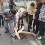 【画像】中国で美少女さん、歩きスマホ中に股を開いた状態で挟まってしまうぐうエロハプニングwwwwwwwwwwwwwww