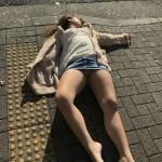 【速報】路上でパンツモロ出しで寝てる女の子、発見されるwwwwwwwwwwwwwwwwwwwww