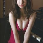 【AKB48】柏木由紀、おっぱいの谷間が過激になっていく最新グラビアwwwwwwwwwww