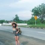 【画像】タンクトップとショートパンツで旅してヒッチハイクしてるエッチな巨乳美女wwwwwwwwwwwww