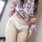 【画像】淫乱な女の子がスカートを捲し上げしてるエロ画像貼ってけwwwwwwwwww