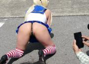 【画像】コミケで女コスプレイヤーがマンコ露出して男コスプレイヤーがフル勃起wwwwwwww