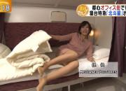 【画像】豪快にミニスカートの中を見せてくれる美人女子アナwwwwwww