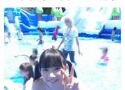 【画像】発育ヤバスギ!巨乳ロリ「パパとプール行った!」パシャッwwwwwwwwwwww