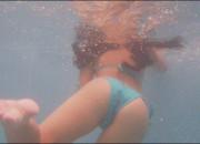 【画像】夏のプールの水中がとんでもないエロスポットになってるの知ってた?wwwwwwwwwwwwww