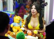 【萌え】美人女子をUFOキャッチャーの中に入れたら大絶賛!あまりにも人気すぎて儲かりまくりwwwwww