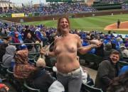 【画像】野球場でおっぱい露出する女wwwwwwwwwwwwwwwwwwwwwwwww