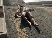 【レイプ寸前】クラブで酔い潰れた「まんさん」、パンツ丸出しで路上爆睡して朝まで放置されるwwwwwwwwwwww