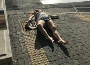 【画像】クラブで泥酔したまんさん、パンツ丸出しで路上で朝まで寝てしまうwwwwwwwwwww